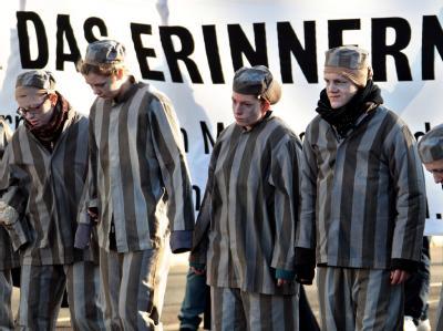Als KZ-Häftlinge verkleidete Gegendemonstranten am Randes des Neonazi-Aufmarschs in Magdeburg. Foto: Jan Woitas