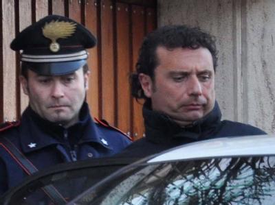 Kapitän Francesco Schettino (r.) bei seiner Festnahme. Foto: Enzo Russo