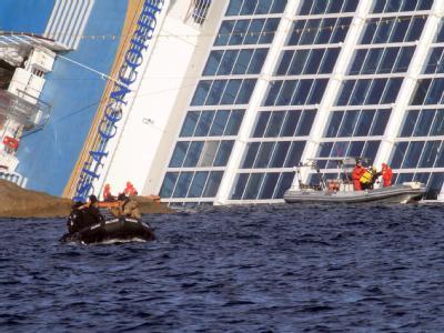 Rettungskräfte suchen mit Hochdruck nach weiteren Opfern des Schiffsunglücks vor der italienischen Insel Giglio. Foto: Enzo Russo