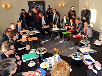Die erste schwarz-gelb-grüne Landesregierung gehört der Geschichte an. Jetzt loten CDU und SPD im Saarland die Möglichkeiten für eine große Koalition aus - am Sonntag eine Marathonveranstaltung. Foto: Becker & Bredel
