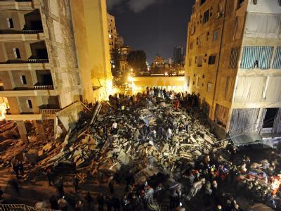 Rettungskräfte stehen vor den Trümmern eines eingestürzten Wohnhauses in Beirut. Foto: Wael Hamzeh