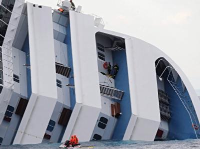 Die Rettungsarbeiten auf der um 80 Grad gekippten «Costa Concordia» sind extrem schwierig. Foto: Maurizio Degl´ Innocenti