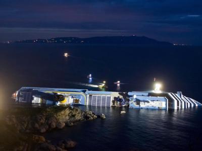 Lichter erhellen das gekenterte Kreuzfahrtschiff