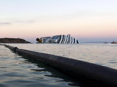 Eine schwimmende Ölbarriere soll die Küsten schützen, falls die «Costa Concordia» Treibstoff verlieren sollte. Foto: Massimo Percossi