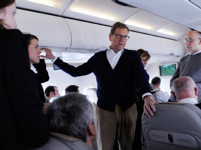 Außenminister Guido Westerwelle (FDP) auf den Flug nach Washington mit mitreisenden Journalisten. Foto: Maurizio Gambarini
