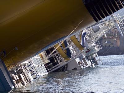 Die Costa Concordia droht in die Tiefe zu rutschen. Foto: Massimo Percossi