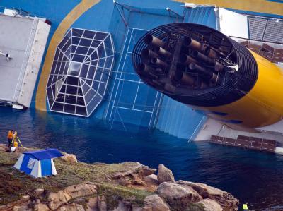 Das Schiff liegt in starker Schräglage vor der Insel Giglio. Foto: Massimo Percossi