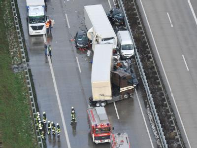 Verunglückte Autos und Lastkraftwagen an der Spitze des Massenunfalls auf der Autobahn 1 bei Cloppenburg. Foto: Michael Bahlo