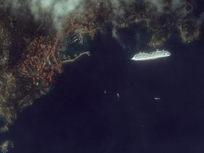 Giglio und die «Costa Concordia» aus der Luft. Foto: DigitalGlobe, inc. / provided by European Space Imaging GmbH