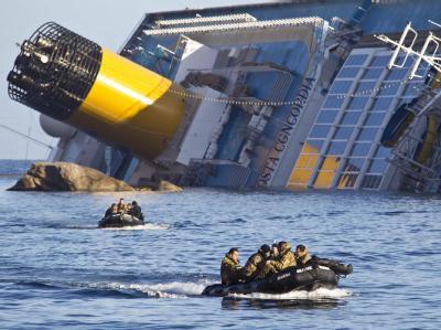 Die Hilfsmannschaften befürchten ein komplettes Untergehen des auf der Seite liegenden Kreuzfahrtschiffes. Foto: Massimo Percossi