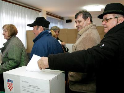 Wahlberechtigte bei der Stimmabgabe in Zagreb. Foto: epa/str