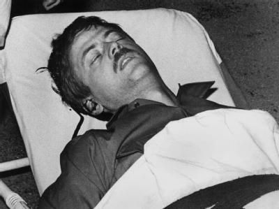 Der verletzte Student Benno Ohnesorg wird am 2. Juni 1967 auf einer Trage ins Krankenhaus gebracht. Foto: Joachim Barfknecht