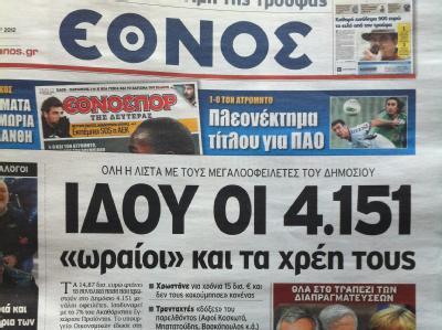 Das Titelblatt der griechischen Zeitung «Ethnos»: Mehr als 4000 Namen mit knapp 15 Milliarden Euro Schulden stehen im Internet. Auch Prominente sind auf der Liste. Aber kommt die Regierung überhaupt an das Geld heran? Foto: Takis Tsafos