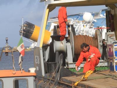 Elf Tage nach dem Unfall der «Costa Concordia» haben die Vorbereitungen für das Abpumpen des Schweröls begonnen. Foto: Enzo Russo