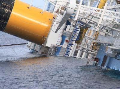 Nach dem Unglück der «Costa Concordia» ist ein zweiter Toter als Deutscher identifiziert. Jetzt werden noch zehn Deutsche vermisst. Foto: Enzo Russo