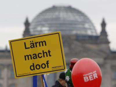 Eine Demonstration von Fluglärmgegnern vor dem Reichstag in Berlin. Foto: Florian Schuh/Archiv