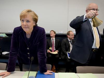 Bundeskanzlerin Angela Merkel und der Unions-Fraktionsvorsitzende Volker Kauder eröffnen im Bundestag die Fraktionssitzung.  Foto: Robert Schlesinger / Archiv
