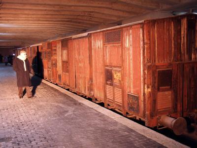 Waggons, in denen Juden in die Konzentrationslager gebracht wurden, stehen auf dem Gleis 21 des Mailänder Hauptbahnhofs. Foto: Matteo Bazzi