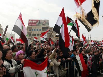 Anhänger des syrischen Präsidenten Baschar al-Assad demonstieren in Damaskus. Der Aufstand gegen sein Regime rückt immer näher an die Hauptstadt. Foto: Youssef Badawi/Archiv