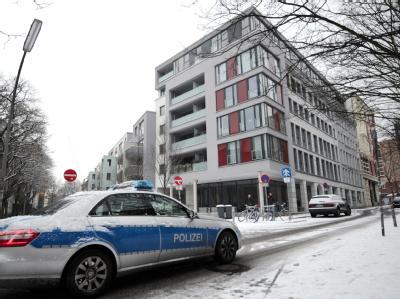 In einer Hamburger Wohnung hat die Polizei eine Babyleiche mit Vergiftungsspuren gefunden. Die Mutter, eine Ärztin, stürzte sich vom Balkon und überlebte schwer verletzt. Foto: Christian Charisius