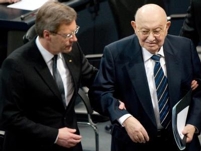 Bundespräsident Christian Wulff führt den sichtlich angeschlagenen Marcel Reich-Ranicki in den Bundestag. Foto: Sebastian Kahnert