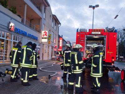 Rettungskräfte im Einsatz: Die Toten sind ein 33- und 34 Jahre altes Elternpaar und ihre ein und fünf Jahre alten Kinder. Foto: Ralph Matzerath