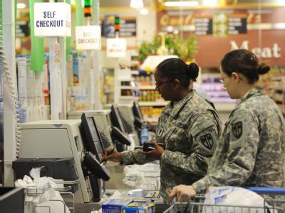 US-Soldatinnen in einem Shopping-Center auf dem Militärgelände in Grafenwöhr. Foto: Armin Weigel