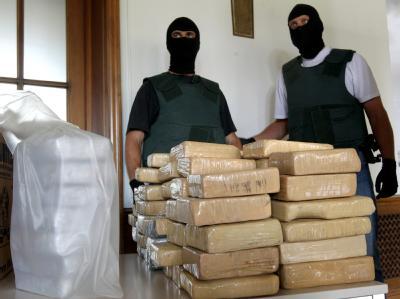 Vor den Zollbeamten liegt rund 100 Kilogramm  Kokain, das zuvor in Bremerhaven sichergestellt worden war. Nun hat die Berliner Staatsanwaltschaft Anklage gegen sechs Männer erhoben, die für den Rauschgiftdeal verantwortlich sein sollen. Foto: Wolfgang Kum