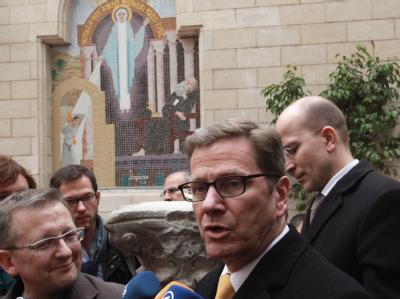 Guido Westerwelle bei seinem Besuch einer koptischen Kirche in Kairo, Ägypten. Foto: Amel Pain