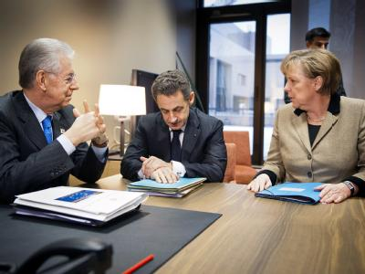 Immer wieder: Bundeskanzlerin Angela Merkel im Krisengespräch mit dem italienischen Ministerpräsidenten Mario Monti (links) und dem französischen Präsidenten Nicolas Sarkozy. Foto: BPA/Jesco Denzel/Archiv