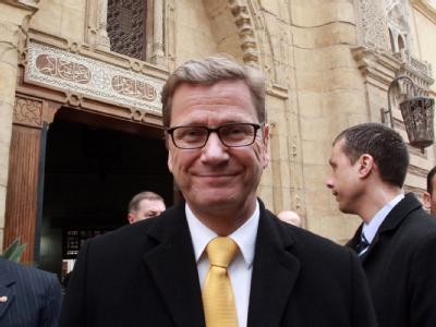 Außenminister Westerwelle (M) vor einer koptischen Kirche in Kairo. Foto: Amel Pain