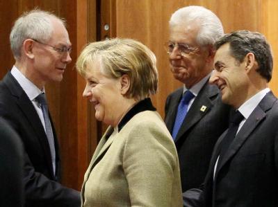 Kanzlerin Merkel kommt in Brüssel mit dem Präsident des Europäischen Rates Van Rompuy (l), Italiens Premier Monti (M) und dem französischen Staatschef Sarkozy (r) zusammen. Foto: Olivier Hoslet
