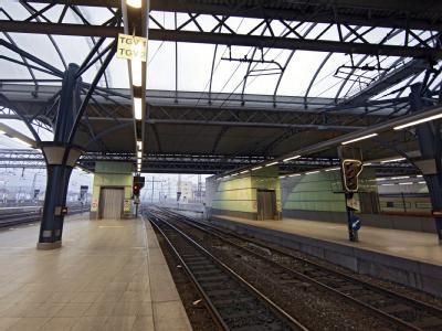 Leere Bahnsteige an einem Bahnhof in Brüssel: In Belgien hat ein Streik gegen das Sparprogramm der Regierung das öffentliche Leben zum Erliegen gebracht. Foto: Olivier Polet