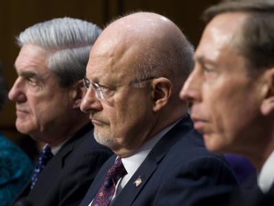 US-Geheimdienstdirektor James Clapper eingerahmt von FBI-Chef Robert Mueller (l.) und CIA-Chef David Petraeus (r.). Foto: Shawn Thew