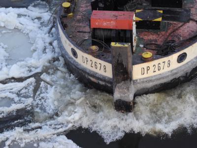 Bei Minus 10 Grad bahnt sich ein Schiff den Weg durch das Treibeis auf der Oder. Foto: Bernd Settnik