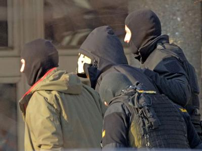 Der 31 Jahre alte Carsten S. (M) wird zu einem Haftprüfungstermin beim Bundesgerichtshof in Karlsruhe gebracht. Foto: Uli Deck