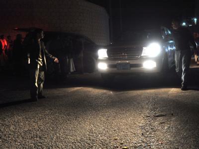 Fahrt in die Freiheit: Ein Auto mit den freigelassenen Entwicklungshelfern verlässt das Haus des jemenitischen Innenministers. Foto: Yahya Arhab