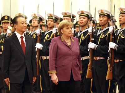 Bundeskanzlerin Angela Merkel wird mit militärischen Ehren vom Ministerpräsidenten der Volksrepublik China, Wen Jiabao, begrüßt. Foto: Kay Nietfeld