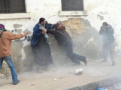 Ein Demonstrant prügelt sich mit einem Mitglied der Sicherheitskräfte. Foto: Mohamend Omar