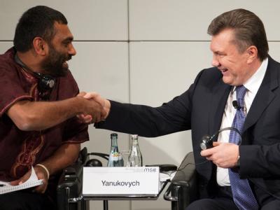 Der ukrainische Präsident Viktor Janukowitsch (r) begrüßt bei der 48. Sicherheitskonferenz im Hotel Bayerischer Hof in München den Greenpeace-Direktor Kumi Naidoo. Foto: Andreas Gebert