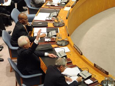 Der russische UN-Botschafter erhebt seine Hand zum Veto im UN-Sicherheitsrat. Foto: Andrew  Gombert