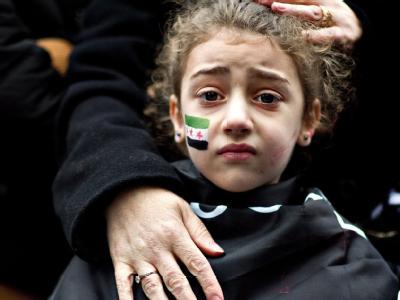 Vor der syrischen Botschaft in London erfahren Protestierende, dass die UN-Resolution gescheitert ist. Foto: Bogdan Maran
