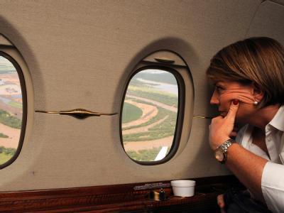 Ministerpräsidentin von Queensland, Anna Bligh, besichtigt die Hochwasser-Gebiete. Foto: Dan Peled