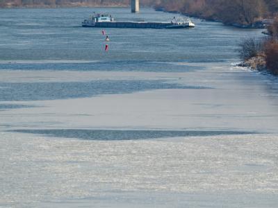Ein Schiff im Main-Donau-Kanal: Eisschollen behindern derzeit den Schiffsverkehr. Foto: Armin Weigel