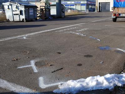 Ort des Grauens - Polizeimarkierungen zeigen auf dem Gelände einer Tankstelle den Standort des Fahrzeugs. Autoknacker hatten in der Nacht im Kofferraum des abgestellten Wagens die Leiche eines Babys in einem Rucksack entdeckt. Foto: Becker&Bredel
