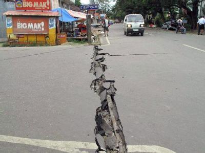 Nach dem Beben zieht sich ein tiefer Riss durch eine Straße in der Provinz Negros Oriental. Foto: Hulagway Ug Kasikas Sa Dumaguete