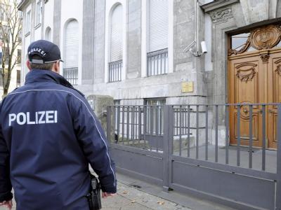 Ein Polizist vor der syrischen Botschaft in Berlin. Foto: Maurizio Gambarini/Archiv