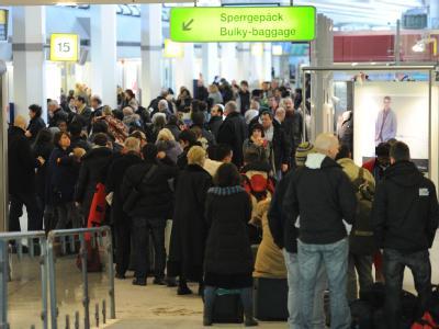 Warteschlange im Flughafen