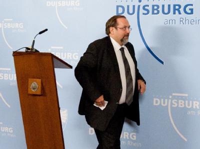Der abgewählte Oberbürgermeister Adolf Sauerland verlässt nach einer kurzen Ansprache eine Bühne im Rathaus in Duisburg. Foto: Bernd Thissen