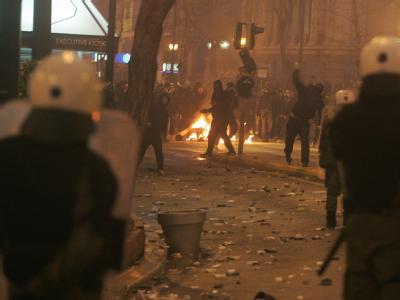 Demonstanten liefern sich vor dem Parlament in Athen eine Schlacht mit der Polizei. Foto: Simela Pantzartzi